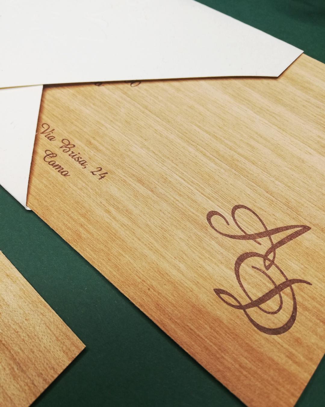 invito matrimonio in pasta di legno forma lunga con farfalle in rilievo