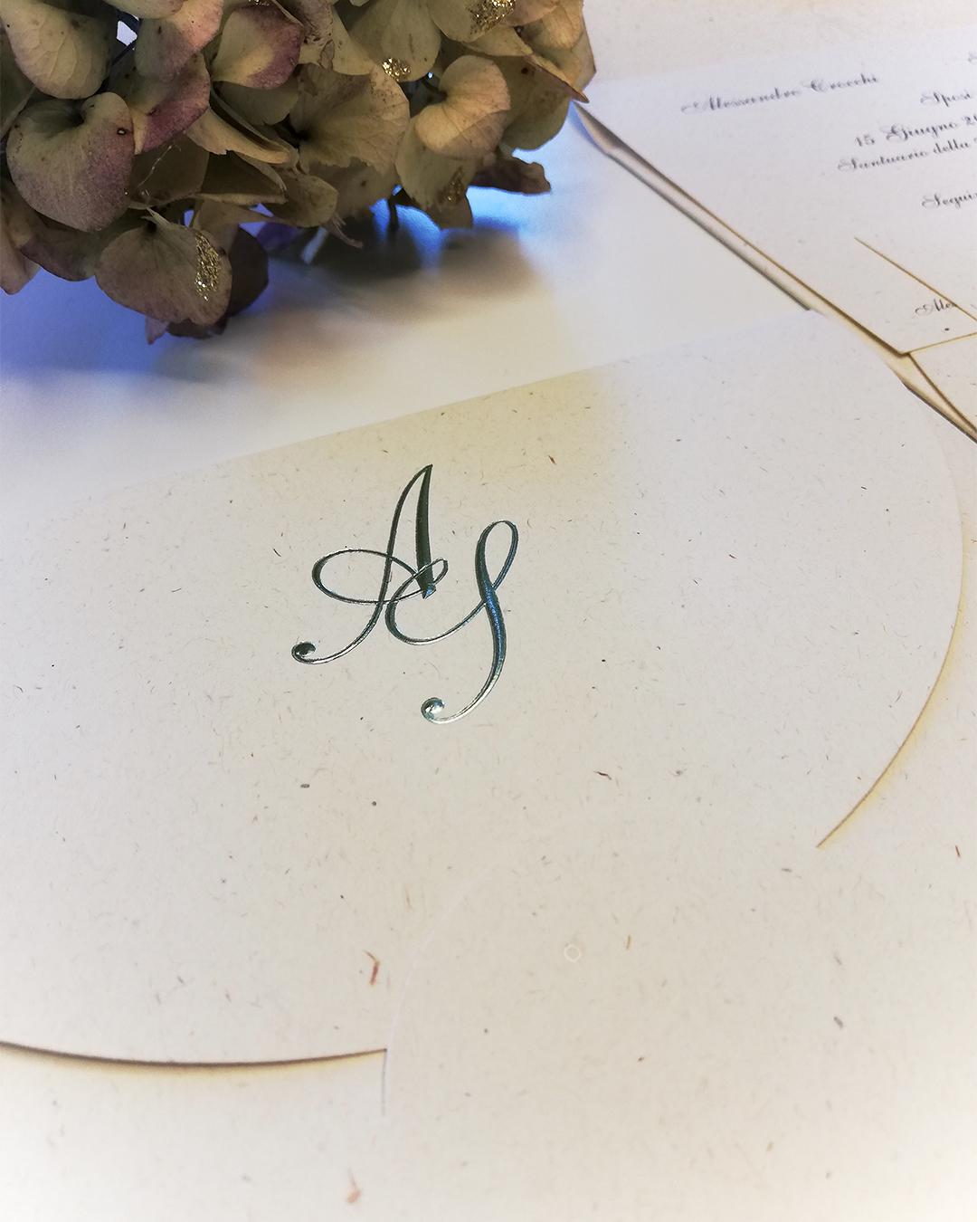 partecipazione di nozze elegante con carta di alta qualità e lettere in rilievo color salvia